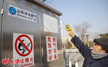1、王景华正在对燃气调压器进行检测.jpg