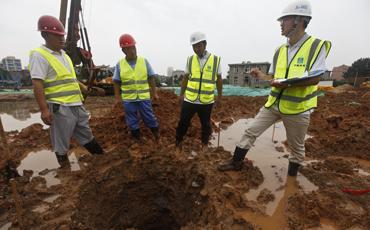 7、趟过泥泞湿滑的积水路面,站在深28米,直径0.jpg