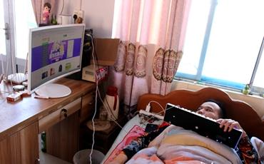 黄允强在家中熟练操作电脑办公.JPG
