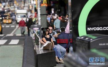 2月21日,一对情侣在美国纽约时报广场拍照留念。
