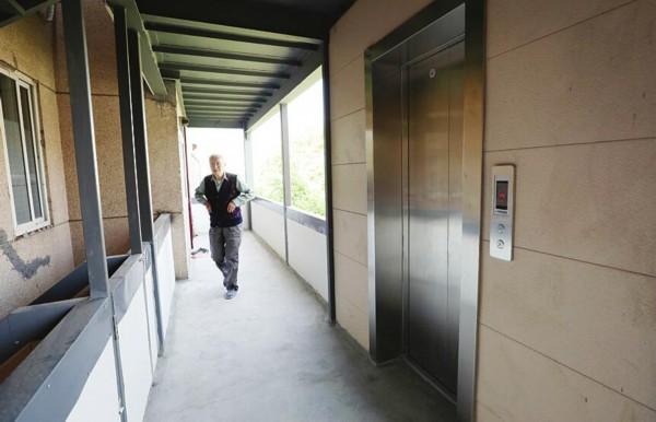 山东大学千佛山校区宿舍8号楼2单元,电梯入户已基本安装完成. (