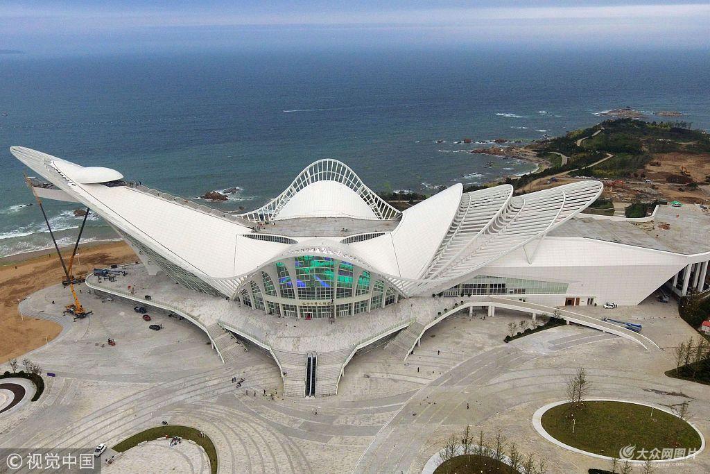 """山东青岛金沙滩啤酒城,航拍的即将完工的""""凤凰之声""""大剧院."""