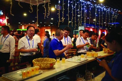 与会代表参观青岛啤酒梦工厂等省级工业旅游示范点
