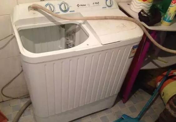 根据洗衣机的容量,将食用醋倒入洗衣机内桶