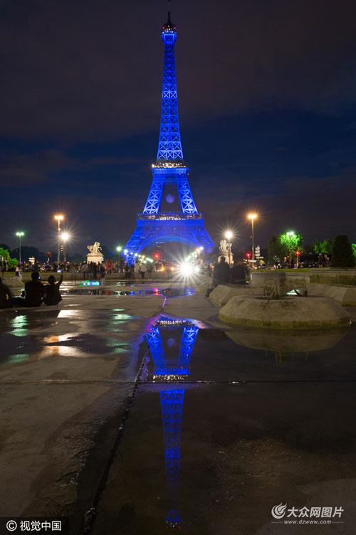 """法国埃菲尔铁塔点亮""""2016欧洲杯""""彩灯"""