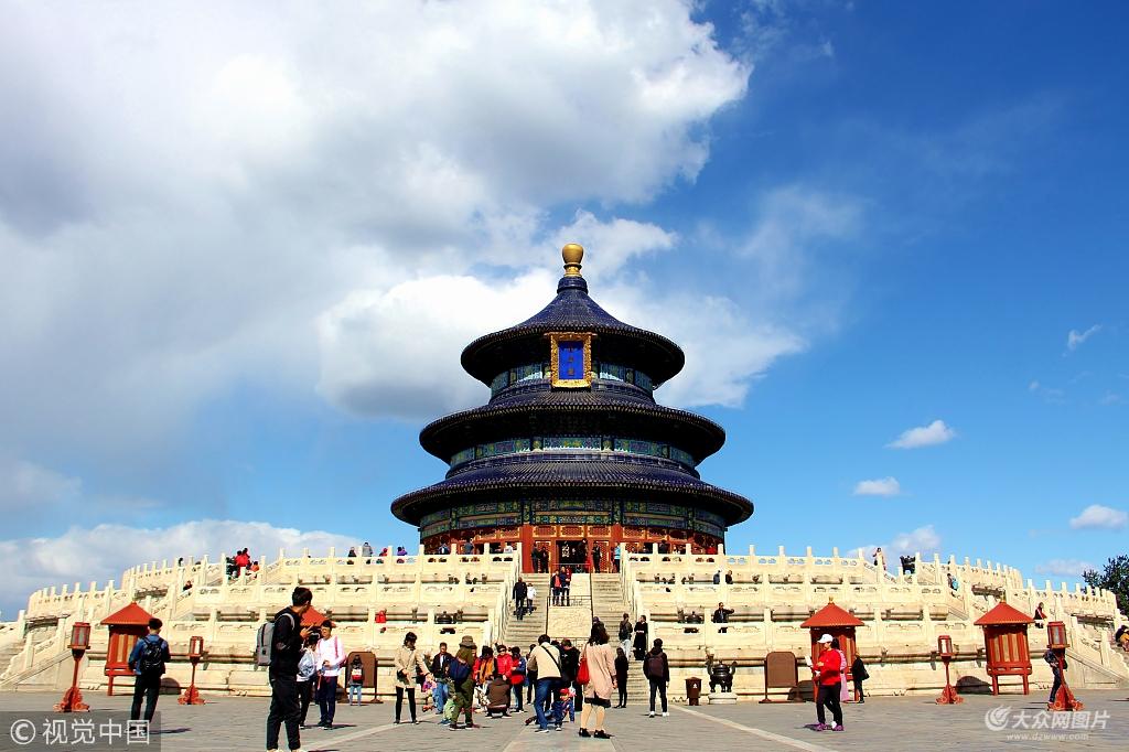 """北京蓝天""""刷屏"""" 天坛公园颜值更显庄重美丽"""