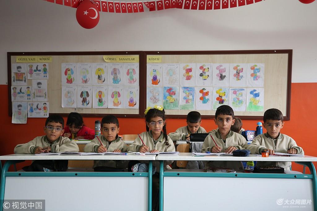 当地时间2018年11月15日,土耳其约兹加特,2012年,土耳其历史上首例五胞胎在约兹加特akdagmadeni区诞生,如今,这四个小男孩和一个小女孩已经6岁了,他们一起读书写字,健康成长.