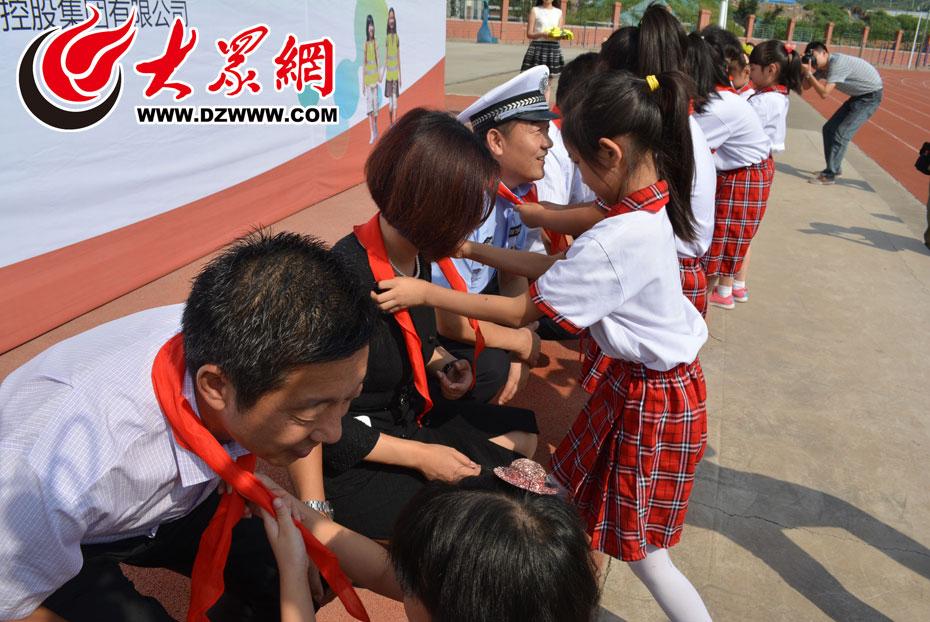 小学生为领导戴红领巾.jpg