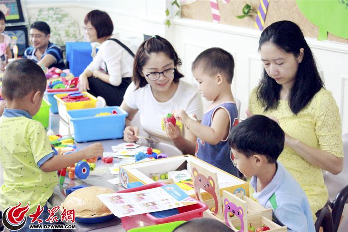 紫苑幼儿园迎来了一群活泼可爱的小班孩子,这是他们从家庭生活走向