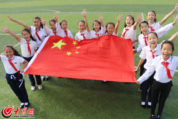 队员们向五星红旗招手,敬礼,用胸前的红领巾拼摆五星,画笔绘国旗等