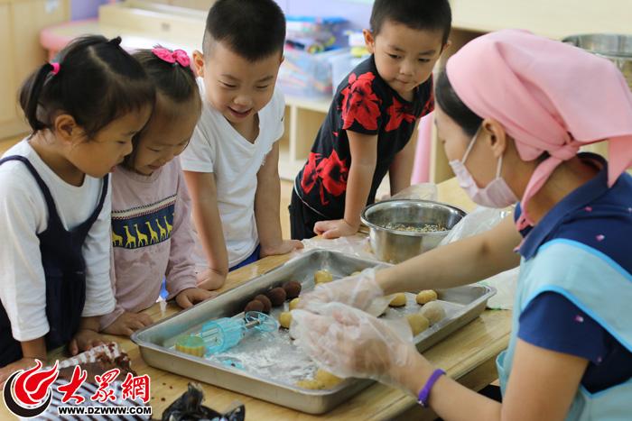 萌娃巧手做月饼 雁翔苑幼儿园庆祝中秋节