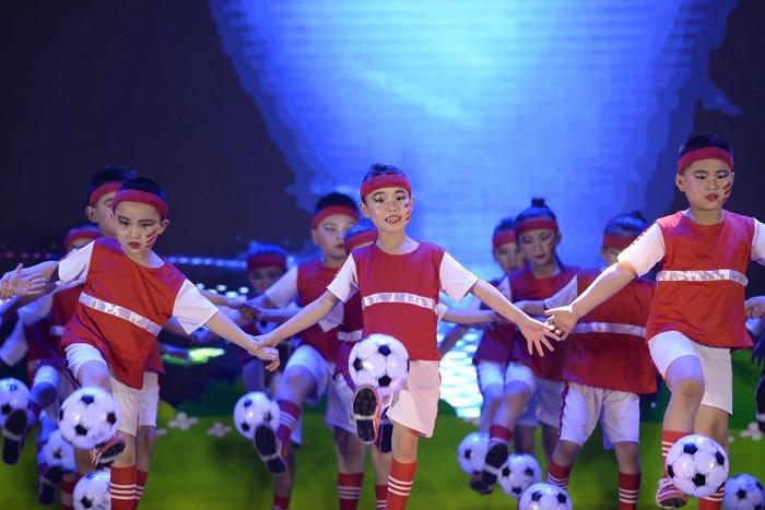 """绽放精彩""""幼儿舞蹈比赛   6月14日,丁佳幼儿园的足球小明星们来到山东"""