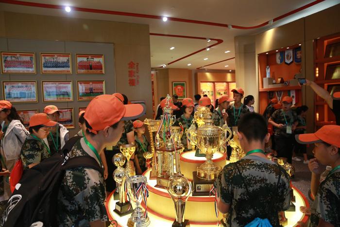 4参观鲁能泰山足球俱乐部荣誉展厅.jpg